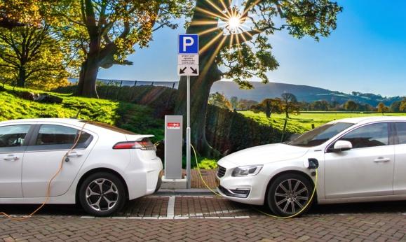 Dans sept ans, des voitures électriques moins chères que les voitures traditionnelles ?