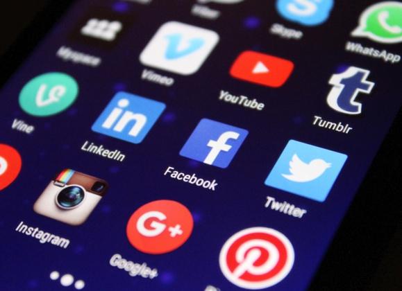 Facebook supprime des centaines de comptes