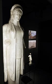 Korê, dite 671, Atelier de moulages d'Athènes (?), 19e  s. (?), Musée L, Plâtre, N°  inv. MA61,Fonds ancien de l'Université, D'après un original découvert sur l'Acropole  d'Athènes, fosse des Perses, vers 520 av. J.-C., marbre, conservé au Musée de l'Acropole à Athènes, © J.-P. Bougne