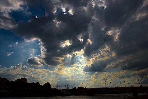 Malgré les nuages, les Français aperçoivent le soleil et leur moral remonte d'un point sur l'indicateur de l'Insee, par rapport au mois précédent.