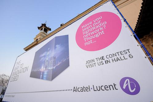En France, Alcatel-Lucent supprimerait 900 postes sur différents sites voués à fermer.