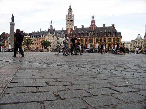 Les salariés de La Redoute manifestent aujourd'hui à Lille pour protester contre la suppression de 700 postes au sein de l'entreprise.