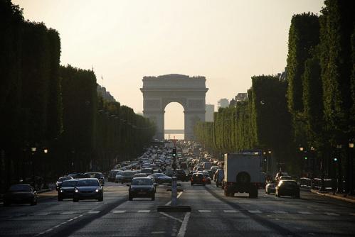 Le prix à la location du mètre carré sur l'artère parisiennee est cette année de 13 255 euros annuels.