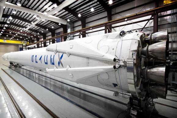 SpaceX pose sa fusée sur une barge en pleine mer