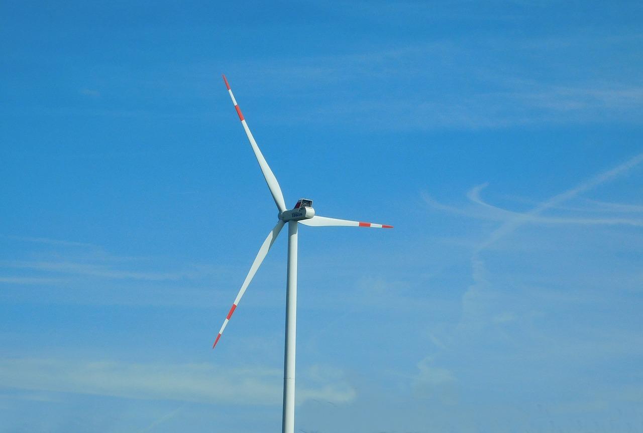 Emmanuel Macron donne le feu vert aux éoliennes en mer