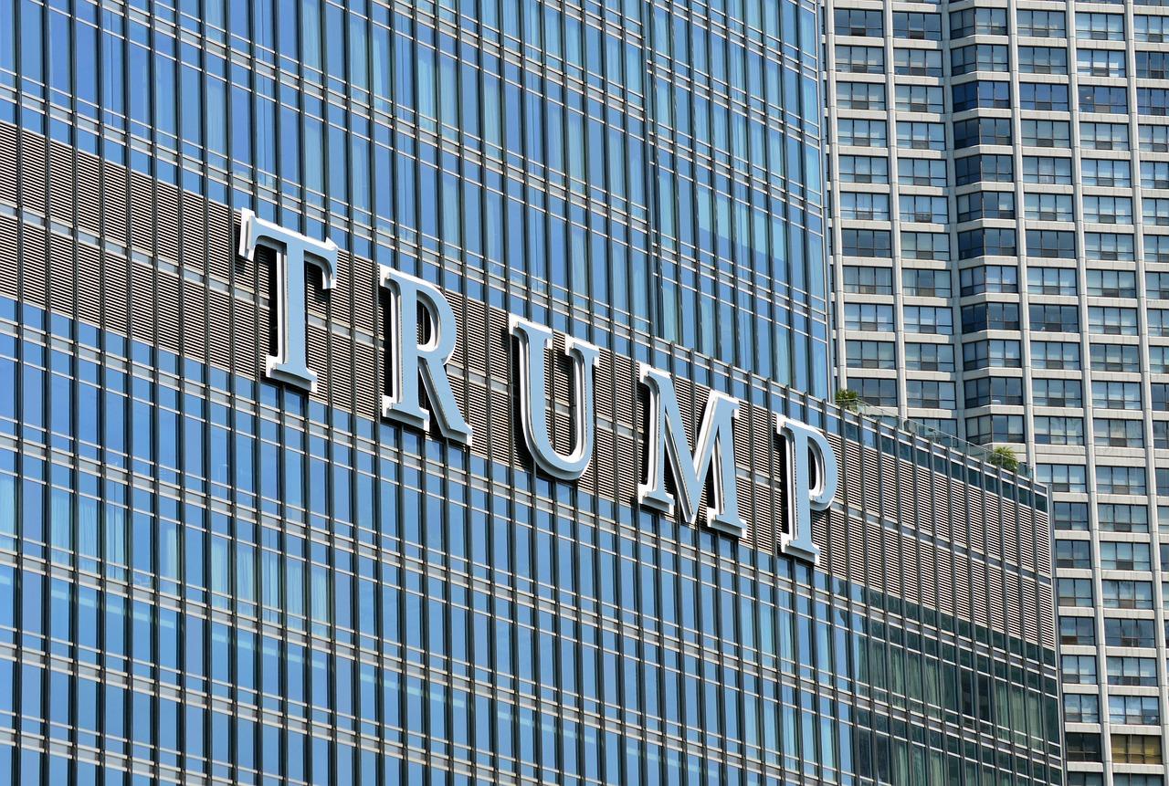 Donald Trump repousse le relèvement des taxes douanières sur les produits chinois
