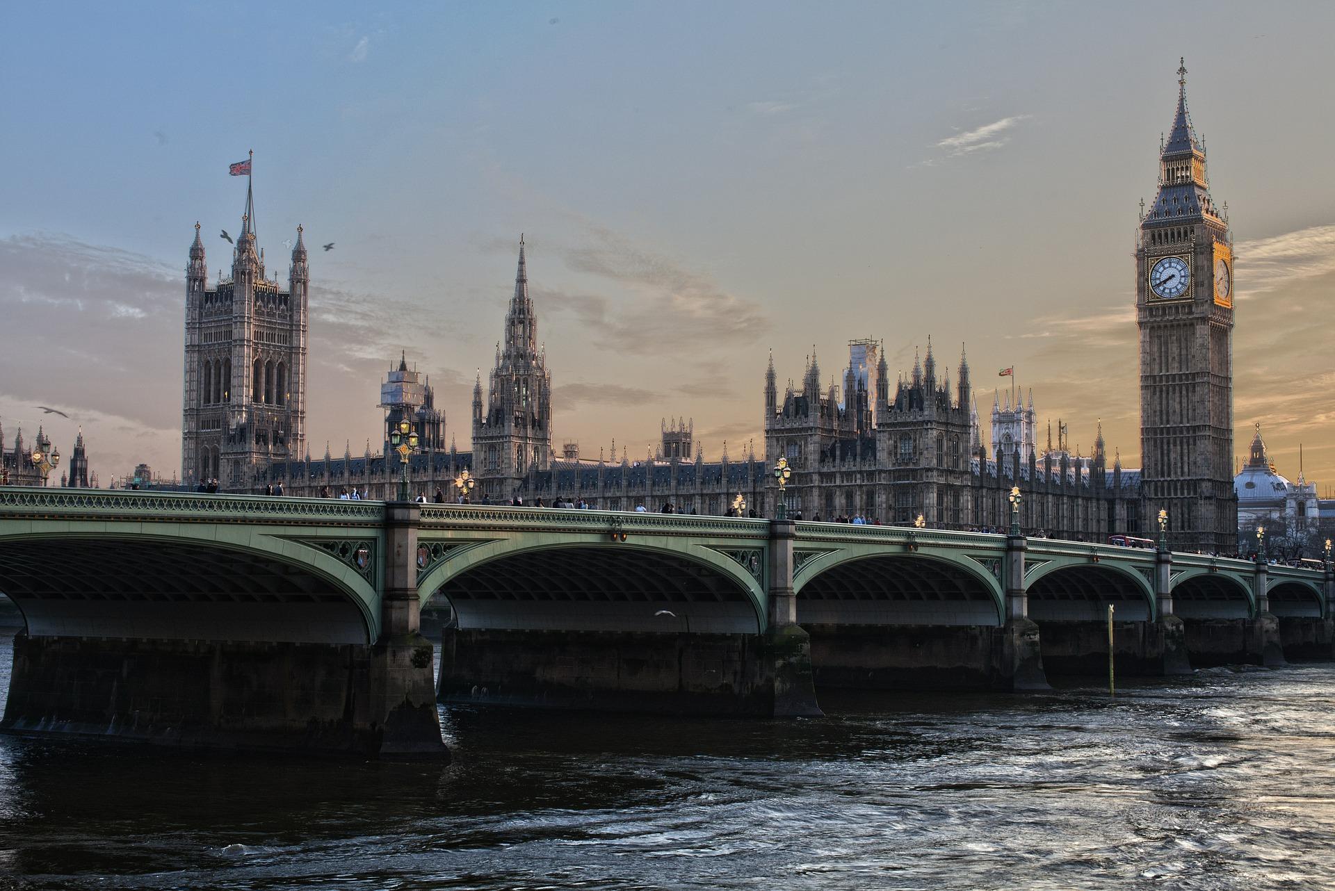Brexit: La reine Elizabeth promulgue la loi obligeant à un accord