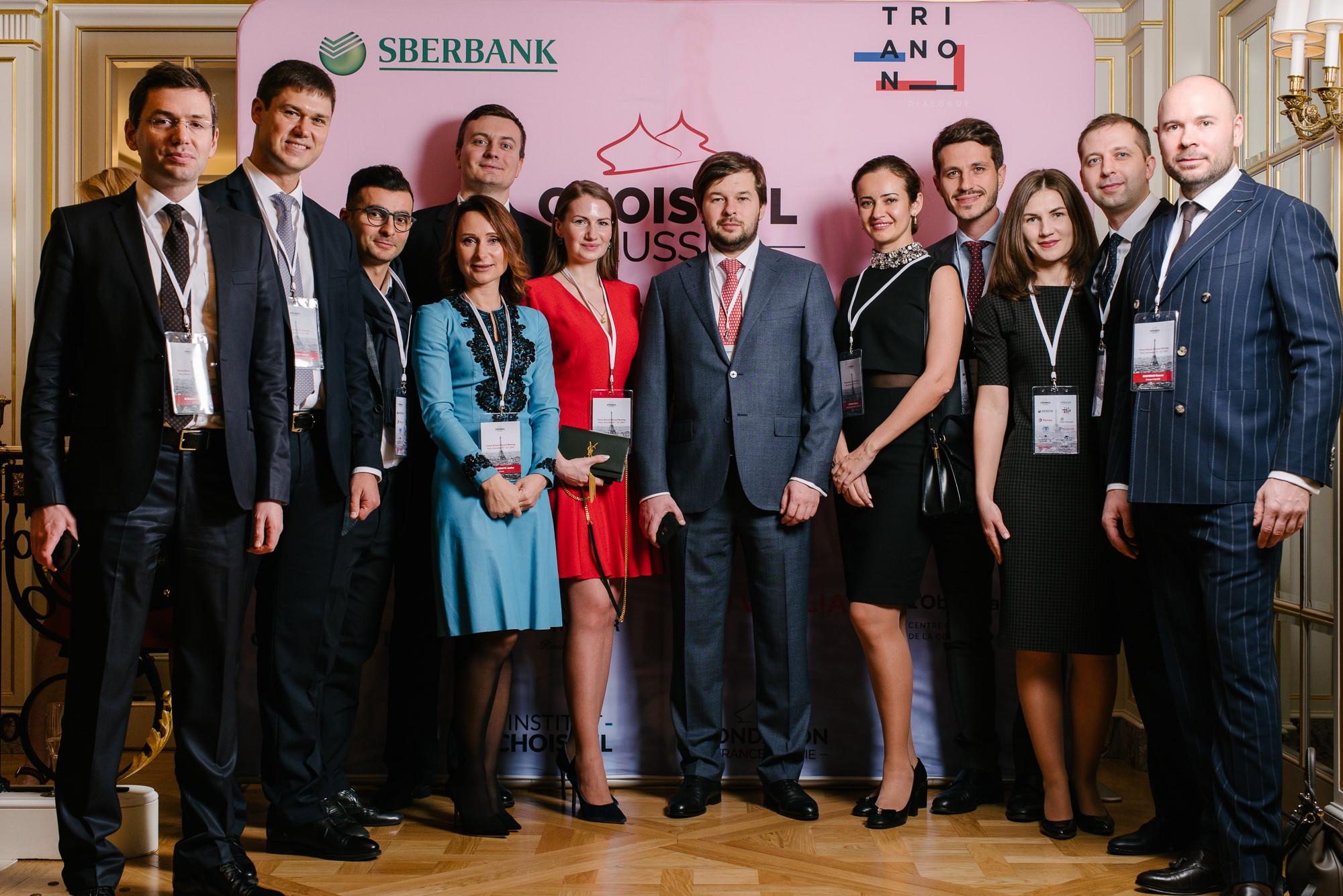 Quelques lauréats russes autour de Pavel SOROKINE, vice-ministre de l'énergie. Photo : Adrien Thibault