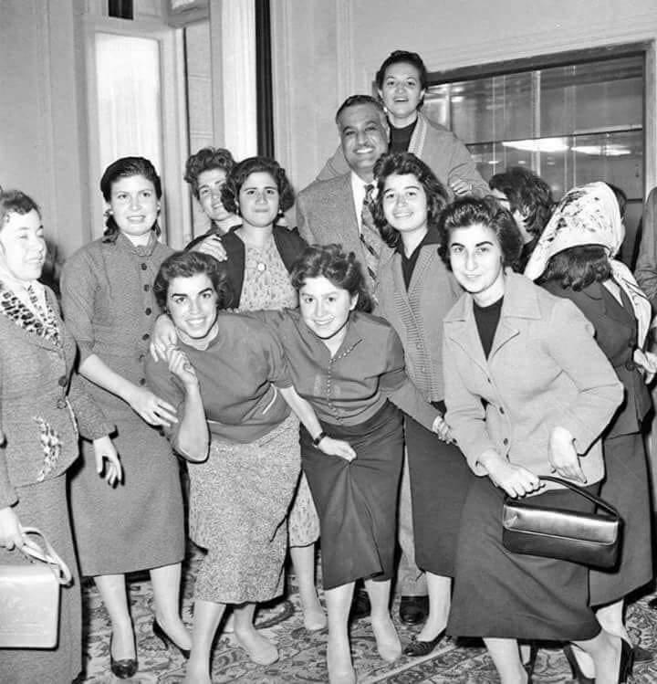 Le président Nasser et les Égyptiennes en 1959