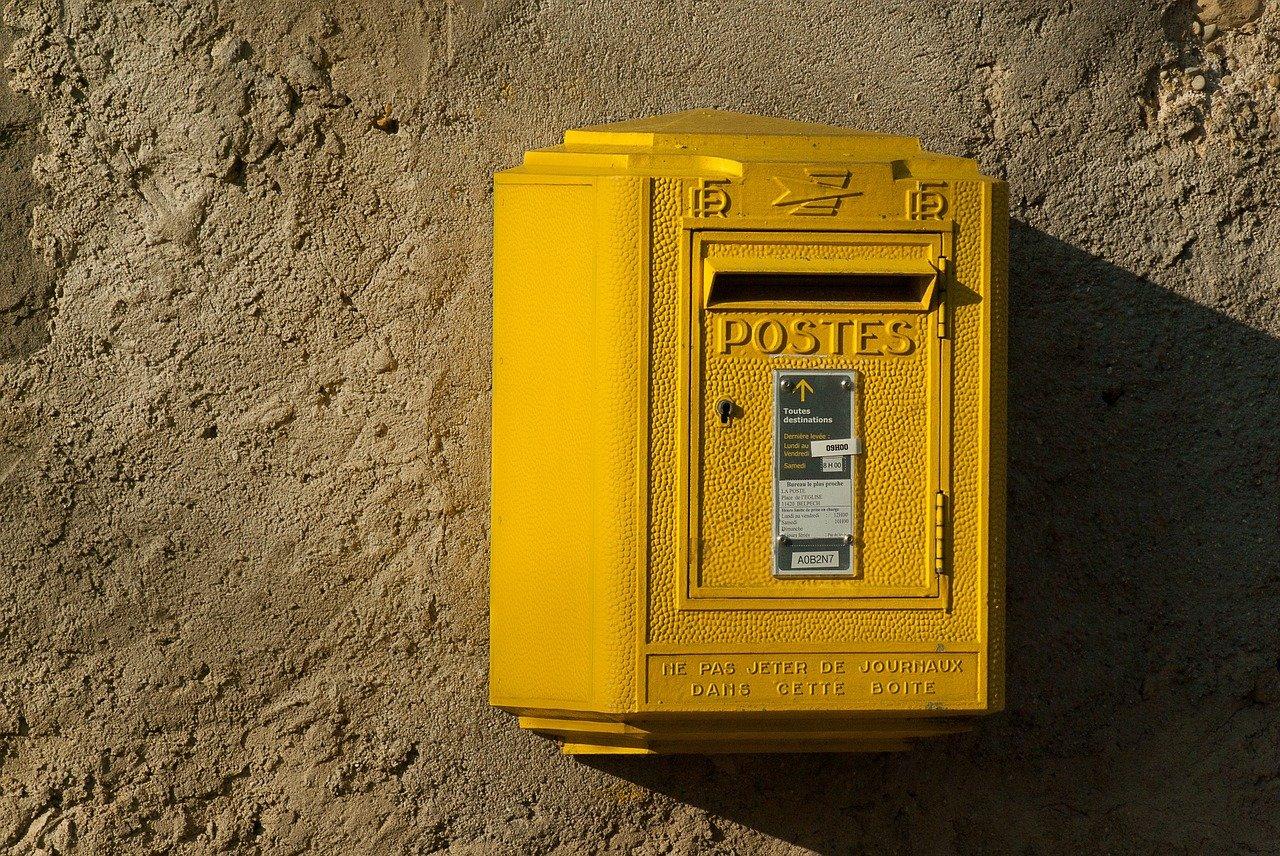 La Poste : le timbre rouge pourrait disparaître