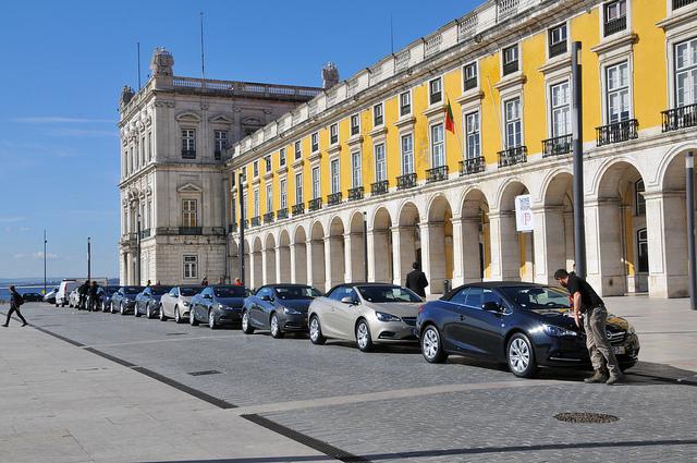 Les véhicules de tourisme avec chauffeur devront désormais respecter un délai de 15 minutes entre la réservation et la prise en charge du client, selon le décret publié au Journal officiel samedi.