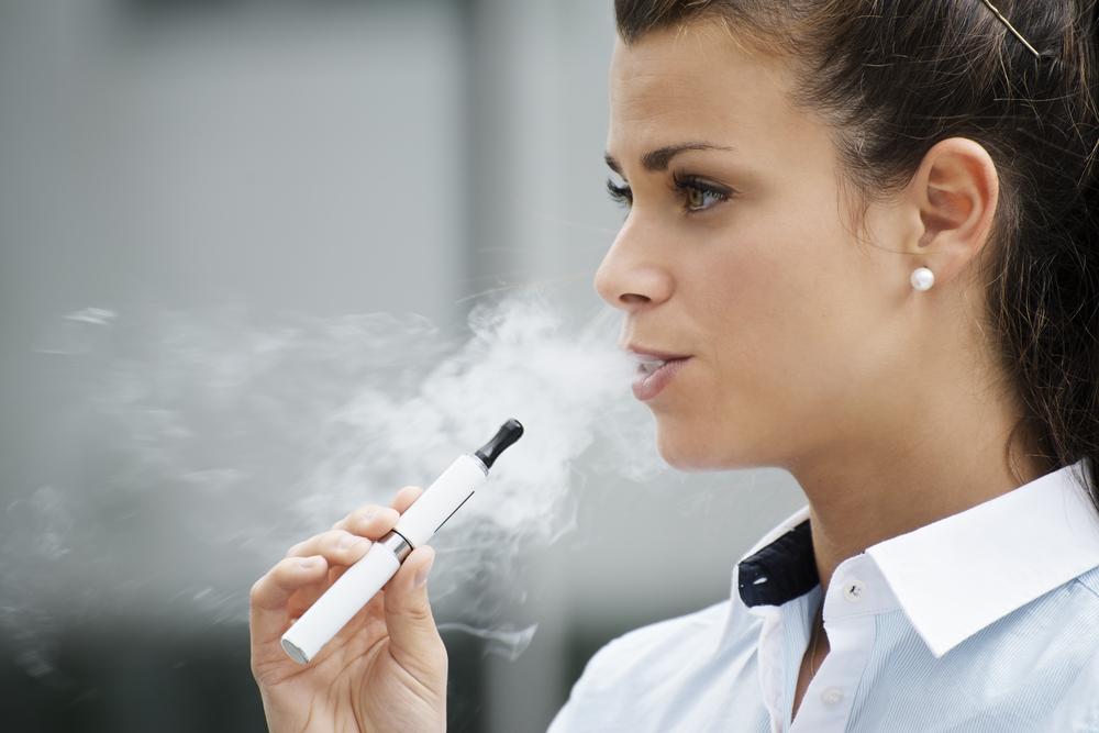 Une vaporeuse avec son e-cigarette. Succombera-t-elle demain à la Ploom, chauffant du vrai tabac et non de la glycérine aromatisée à la nicotine ?