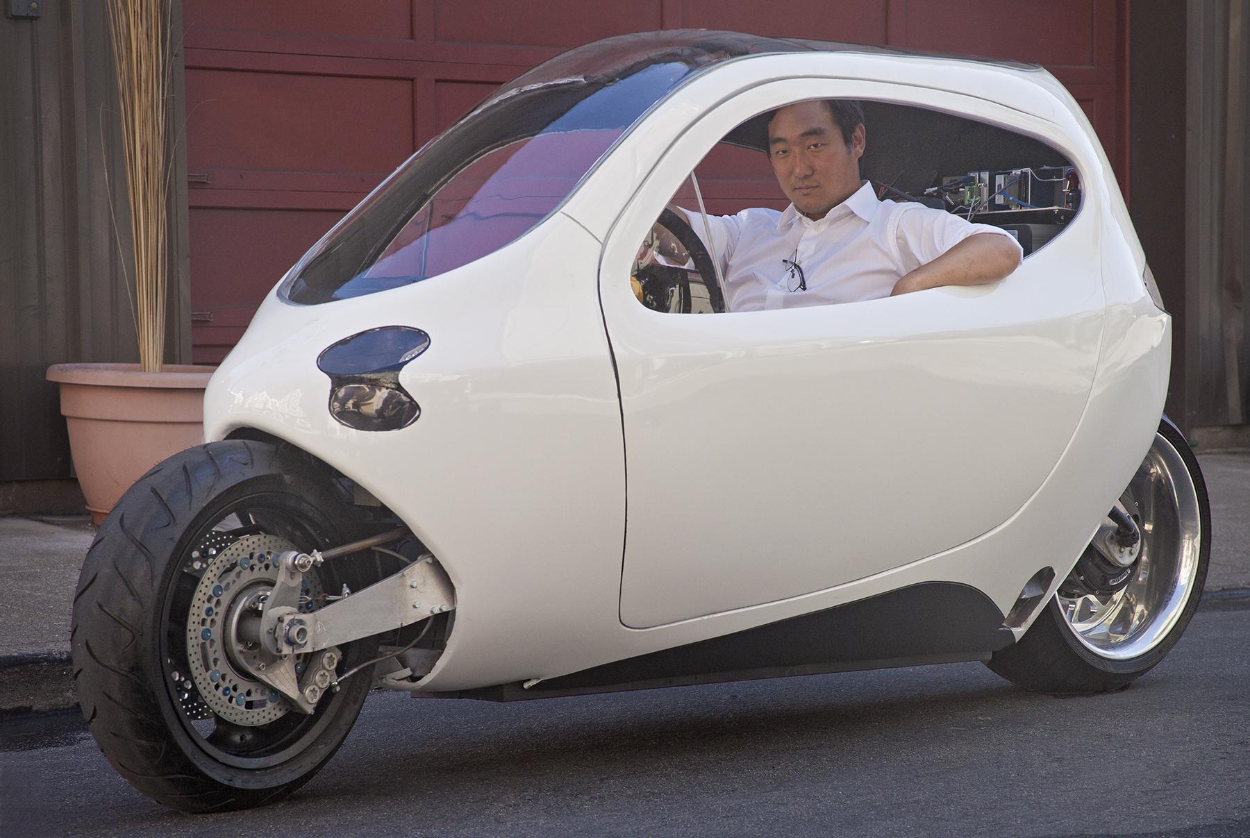 Le prototype C1 de Lit Motors avec au volant-guidon  le fondateur de la société Danny Kim (crédit : Lit Motors)